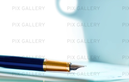 Penna och papper vid en kopp kaffe