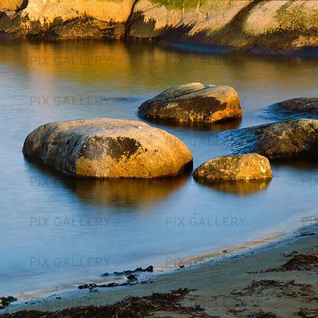 Stenar vid strandkant