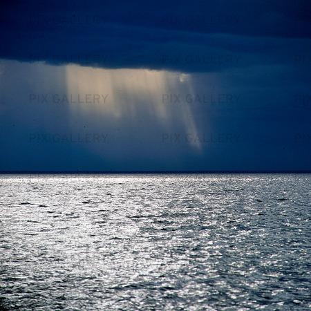Ovädershimmel över hav