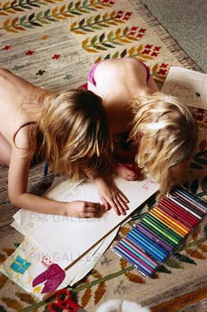 Flickor ritar