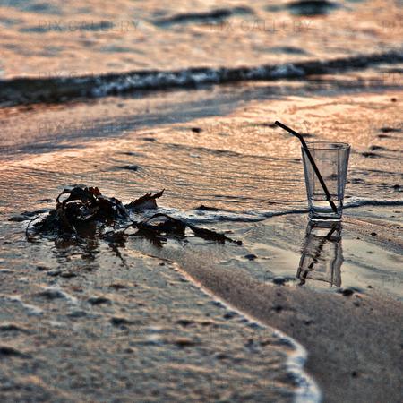 Tomt glas på sandstrand