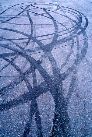 Däckspår på asfalt