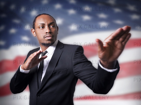 Ung African American kille och en flagga