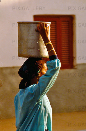 Kvinna bär vattenkärl, Egypten