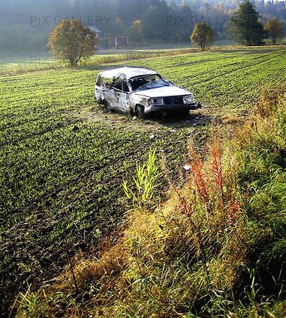 Krockad bil på fält