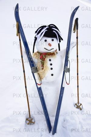 Snögubbe med skidor