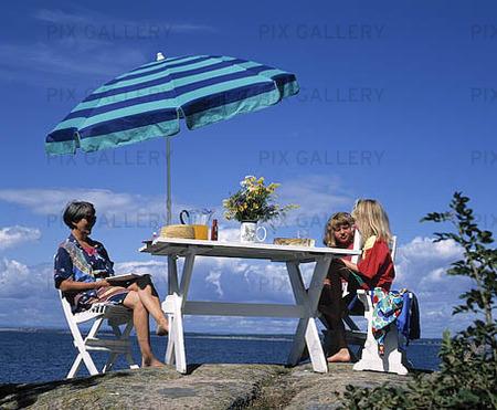 Familj äter utomhus