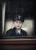 Ung pojke i järnvägsuniform