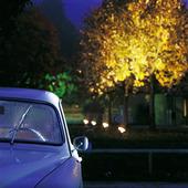 Parkerad bil i mörker