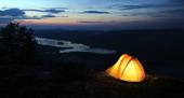 Upplyst tält i skymning