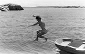 Kvinna hoppar i vattnet