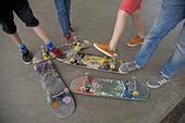 Ungdomar med skateboards