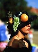 Kvinna med frukthatt