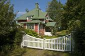 Villa med vit grind