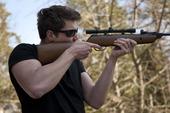 Man som skjuter luftgevär