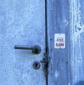 Larmad dörr