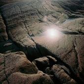 Solspegling bland klippor