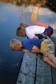Pojkar på brygga
