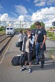 Pojkar på tågstation