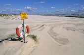 Strand med livräddningsboj