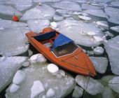 Båt bland isblock