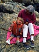 Äldre kvinna och barn