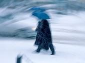 Människor i snöoväder