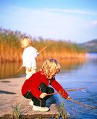 Flickor vid sjö