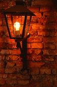 Lampa på tegelvägg