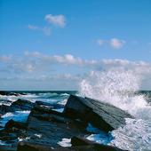 Vågor mot klippor