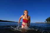 Flicka som badar