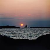 Segelfartyg i solnedgång