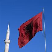 Albaniens flagga vid minaret