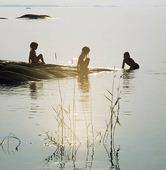 Barn leker vid vatten