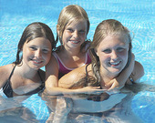Flickor som badar