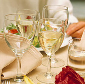 Glas på dukat bord