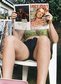 Kvinna som läser tidning