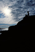 Kvinna på klippa vid havet