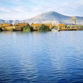 Flytande vassöar i Titicacasjön, Peru