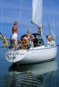Familj på segelbåt