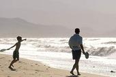 Far och son på strand