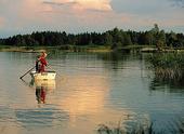 Barn som fiskar i sjö