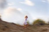 Flicka i sanddynor