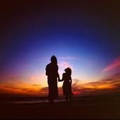 Mor och dotter i skymning