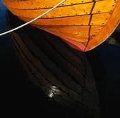 Förtöjd träbåt