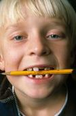 Pojke med penna i munnen