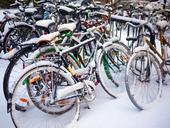 Parkerade cyklar i vinterväder