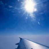 Flygplan ovan molnen