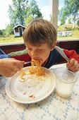 Pojke äter spagetti