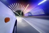 Bil kör  i tunnel